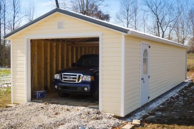 A garage shed in Kentucky with vinyl siding